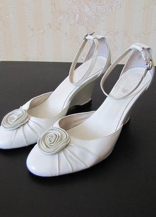 Изысканные свадебные итальянские туфли-деленки polivi на танкетке