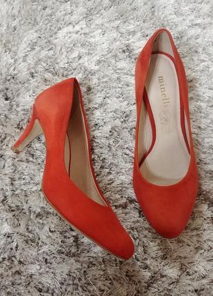 Очень яркие элегантные туфли