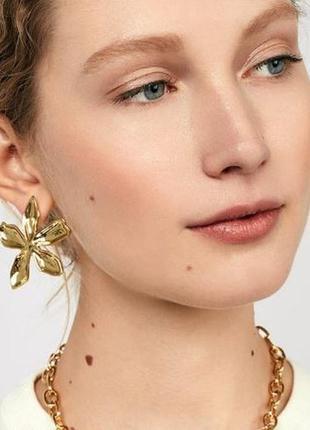 Модные серьги золотой цветок