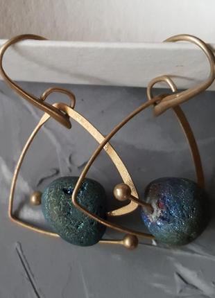 Сферические серьги с камнем треугольник матовое золото винтажный стиль