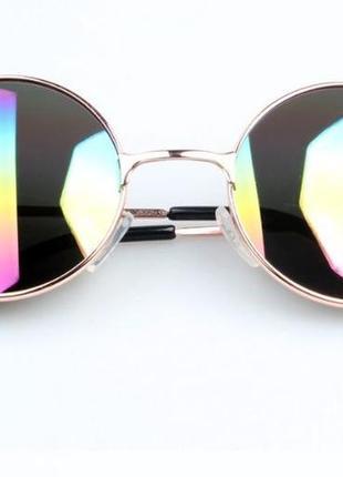 Круглые очки от солнца с металлической золотой оправой и радужным зеркалом
