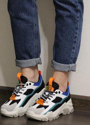 Стильные и яркие женские кроссовки на толстой подошве
