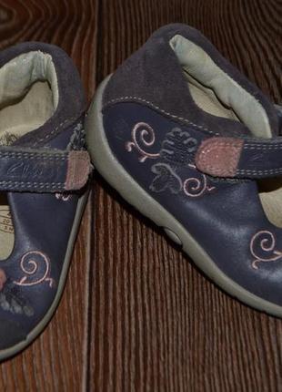 Кожаные туфельки девочке clarks 13.5см легкие и очень удобние.