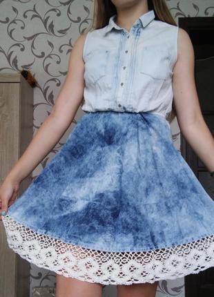 Джинсовое платье с юбкой-солнце и кружевами
