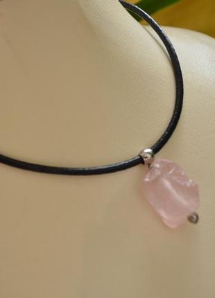 Чокер кожаный с необработанным камнем ′розовый кварц′ сталь