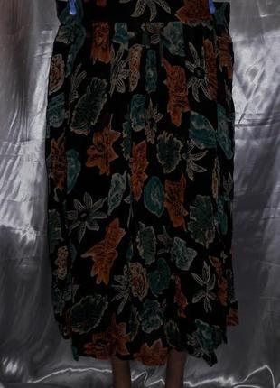 Черная юбка со складками и интересным принтом