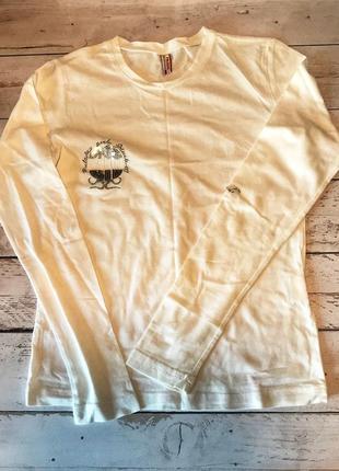 Белая трикотажная футболка с длинным рукавом