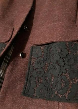 Стильне пальто,весна/осінь, темно рожевого кольору  з кружевними кишенями і надплечниками3 фото