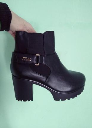 Стильные ботинки на платформе и устойчивом каблуке