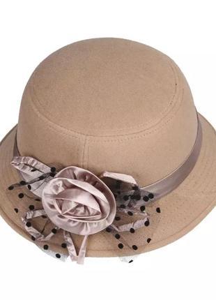 Бежевая фетровая шляпа котелок с цветком