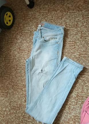 Штаны джинсы с рваностями потёртостямы