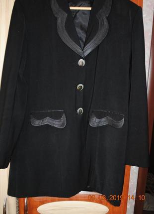 Пиджачок чёрный повседневный.