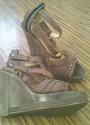 Стильные кожаные босоножки на платформе