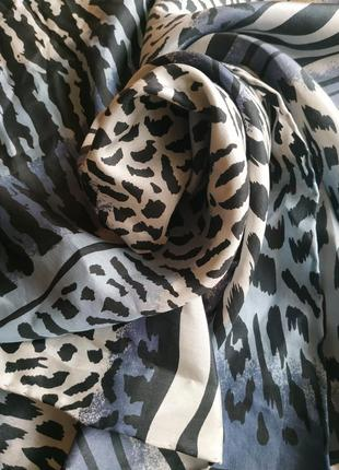 Шелковый шарф с анималистичным рисунком и ручной подрубкой