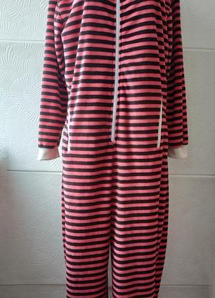 Домашний комбинезон пижама кигуруми в полоску розового цвета с боковыми карманами.