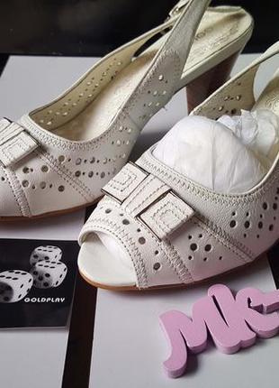 Женские белые сандалии на каблуке gold play051