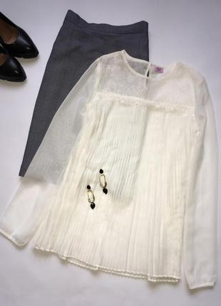 Белая плиссерованная блуза с кружевом