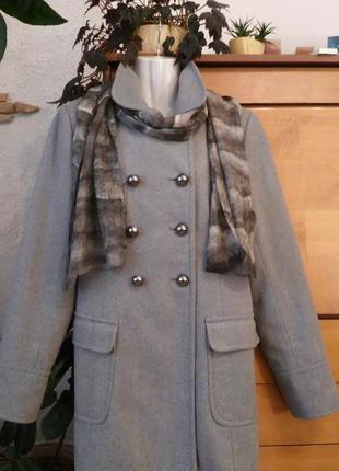 Демисезонное пальто в актуальном стиле милитари, шарф из натурального шелка в подарок
