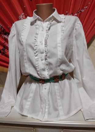 Натуральная белоснежная блуза с узором по ткани.