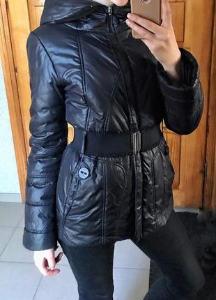 Куртка демисезон чёрная с поясом с капюшоном размер с приталенная на молнии
