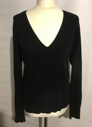 Крутой черный свитерочек с длинными рукавами.
