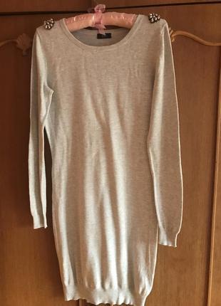 Трикотажное светло-серое платье с длинным рукавом.