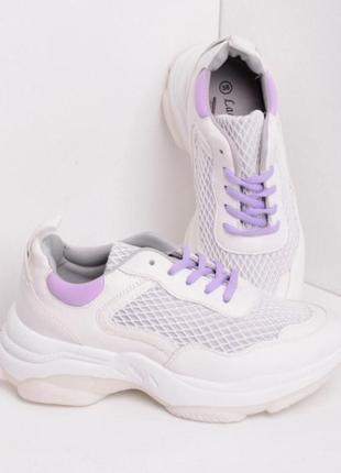 Белые кроссовки на толстой подошве с фиолетовыми шнурками