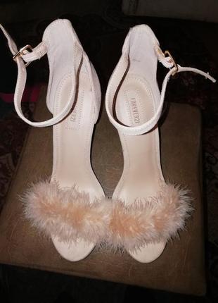 Босоножки с пушком перья  туфли  обувь forever21
