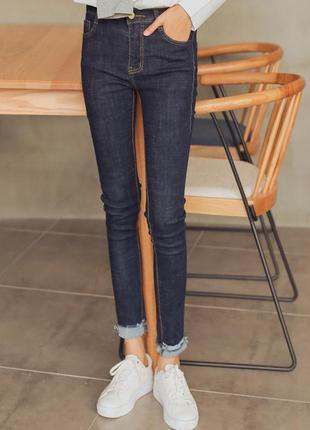 Темно синие джинсы скинни boohoo