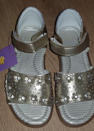 Золотистые босоножки для девочки.