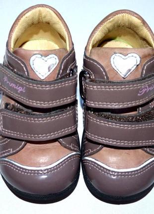 Детские ботинки из коллекции primigi. модель выполнена из натуральной кожи. р-р 18