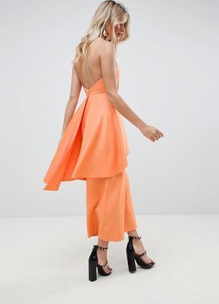 Яркий оранжевый комбинезон с открытыми плечами
