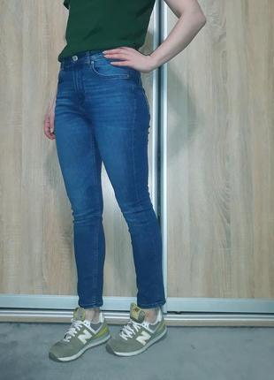 Плотные,мягкие синие джинсы с завышенной посадкой ,пояс-резинка h&m