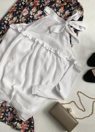 Роскошная блуза с открытыми плечами и оборкой