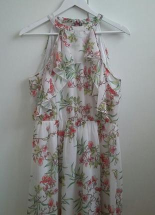 Красивое платье с открытыми плечами