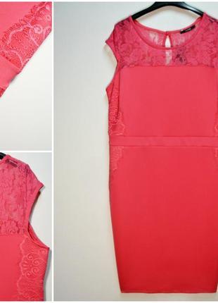 Стильное розовое платье по фигуре с кружевными вставками