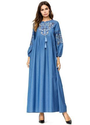 Длинное джинсовое платье с вышивкой