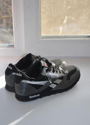 Новые красивые черные кроссовки
