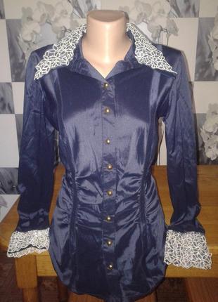 Блузка с кружевным воротником и манжетами.