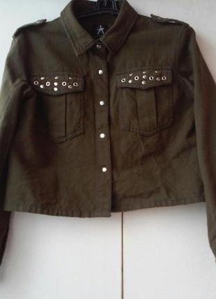 Короткая курточка цвета хаки