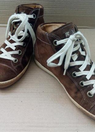 Симпатичні та повністю шкіряні ботиночки.
