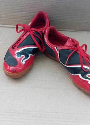 Фірмові шкіряні кросівки.