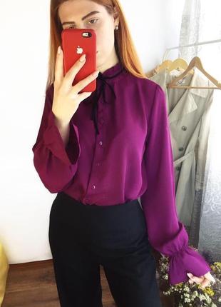 Виноградная фиолетовая блуза с завязкой и рюшами