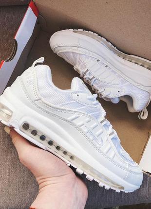 Женские кроссовки белые