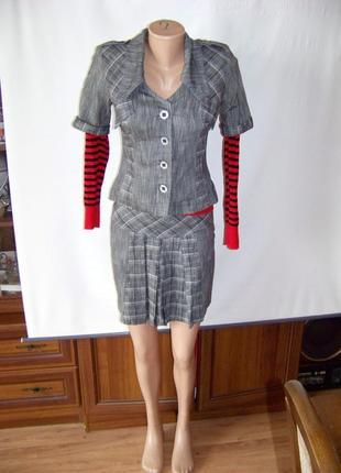 Серый костюм в клетку с короткой юбкой и пиджаком sellen мs