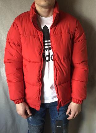Демисезонная объемная красная куртка bershka