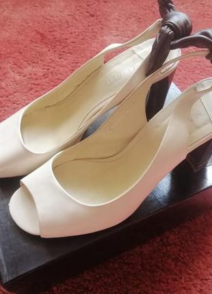 Кожаные босоножки туфли каблук с бантом