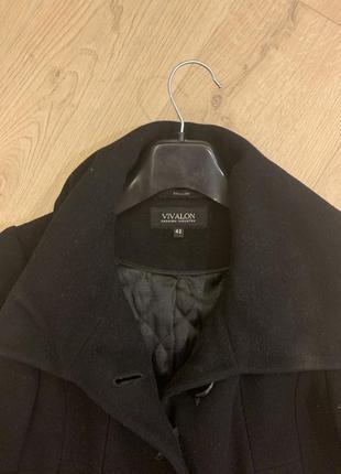 Чёрное притворенное демисезонное пальто