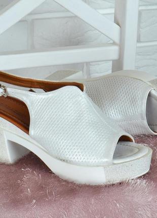 Босоножки lorbacsa женские на устойчивом каблуке белые серебро