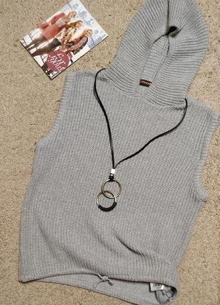 Moto m cтильная жилетка с капюшоном рельефной вязки